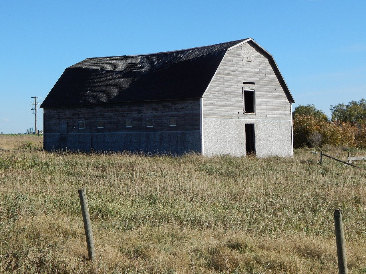 Photo of a barn atop a field of grass in rural Saskatchewan | Well Drilling
